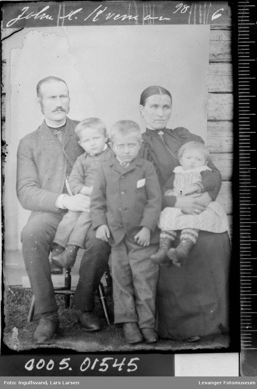 Gruppebilde av en mann, en kvinne og tre barn.