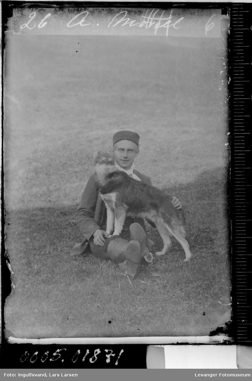 Portrett av en mann med en hund.