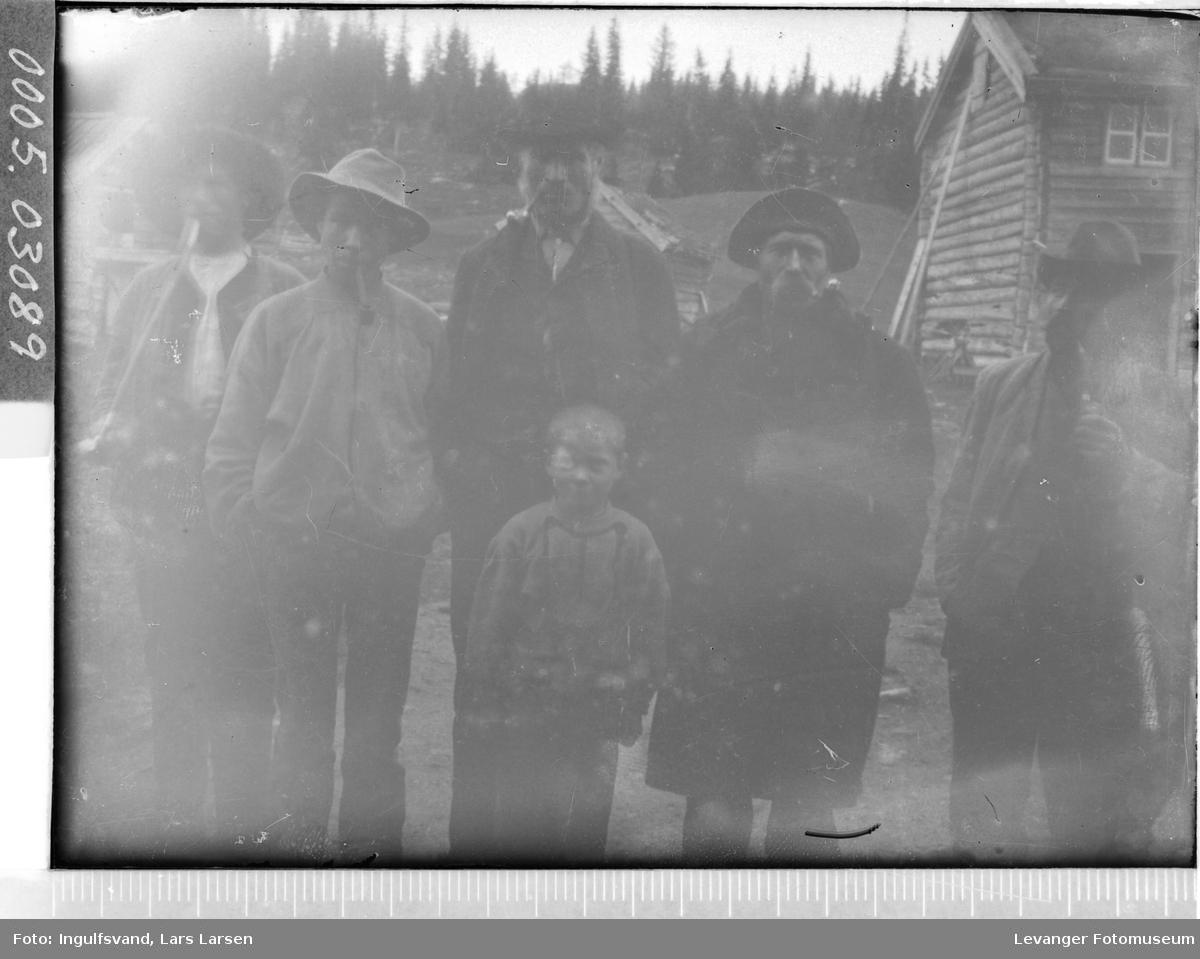 Gruppebilde av fem menn og en gutt.