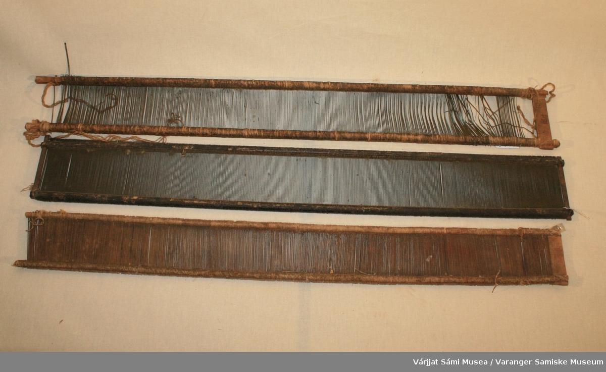 Tre vevskjeer, to er helt like med ramme av tre og messingtenner festet til ramma med hampetau, mens den tredje har både ramme og tenner av tre.