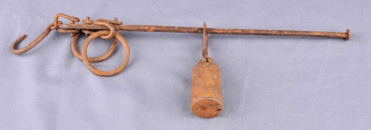 I eine enden av vektstonga er det festa to ringar og ein krok i smidd jern. Eit støypt lodd, festa i ein krok, kan flyttast langs vektstonga.