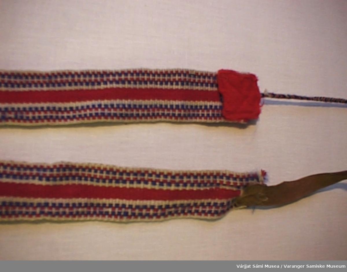 Et par grindvevde herreskallebånd. Bunnfargen er hvit og rød med hvit som innslag og langsgående smale striper i rødt og hvit. I den ene enden er det sydd fast en skinnreim, til å feste båndet i fottøyet, og i den andre en lang smal flette av rødt, blått og hvitt ullgarn, til å surre rundt leggen. Stedet fletta er sydd fast er dekket av en bit med rødt klede.