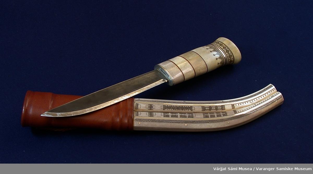Kniv med slire laget av reinhorn, reinskinn (sisti) og sølv. Knivblad av stål. Kniven har skaft av reinhorn med tynne felt av lær og sølv. Innrisset dekor på øvre halvdel. Sliras øvre del er laget av sisti/reinskinn, nedre del av reinhorn med innfelt sølv. Den ene siden er rikt dekorert. Løkke av tvunnet lær til å feste i beltet.