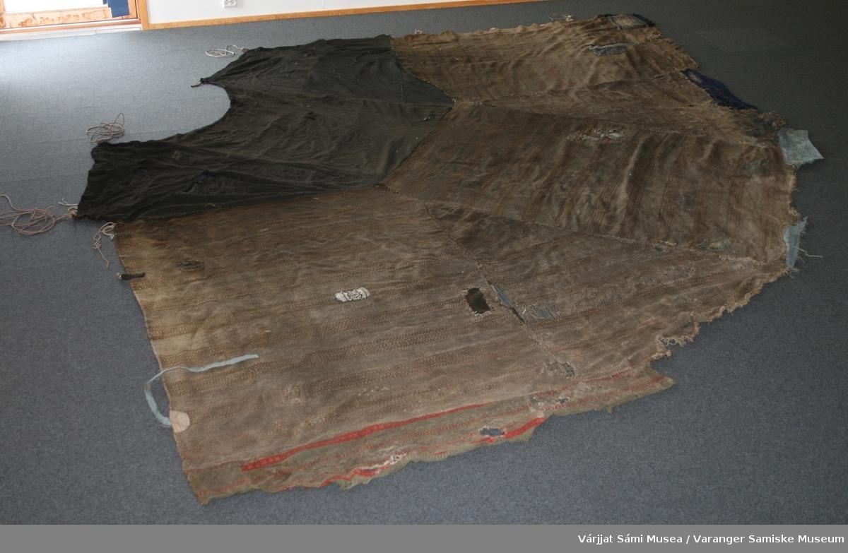 Teltduk til goahti. Duken er lagd av forskjellige grener og svart klede som er sydd sammen.