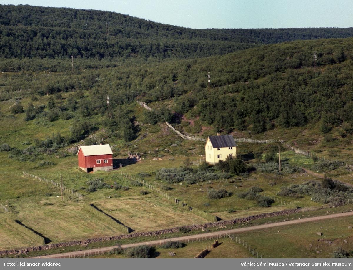 Flyfoto av Áppošborre / Abelsborg i Unjárgga gielda / Nesseby kommune, 1963.