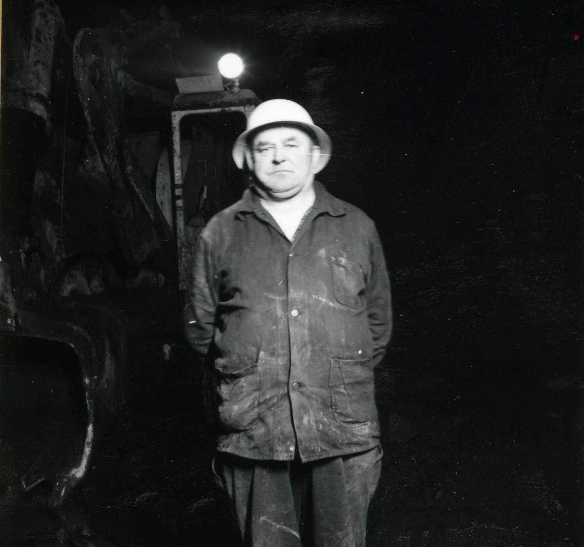 Tilløpstunnel frå Vesås. Arbeidar i tunnel