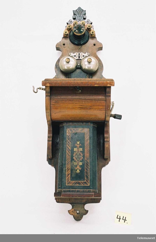 Produsert 3/7-1896, uttak for fast mikrofon er ombygget for tilkopling av telefonrør