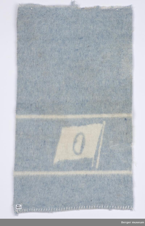 Blåmelert med en hvit bord hvor det er et flagg med bokstaven O i (?). Sjømannsteppe ensfarget hovedmønster og med en enkel bord. O'en er litt rar - ukjent. Ukjent for hvilket rederi.