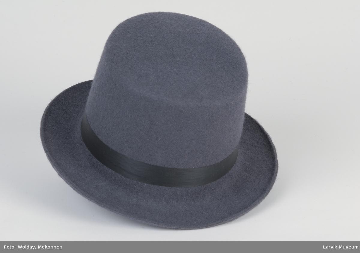 Form: grå filt, sort silkebånd 2,2cm br, svakt