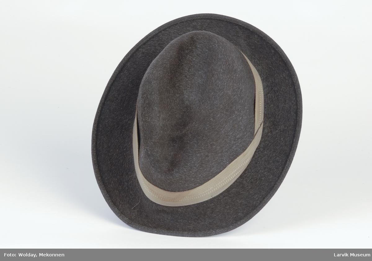 Form: Smal brem, Pull med bulk i midten , oval pull med bånd. Bremmen bøyer oppover bak.
