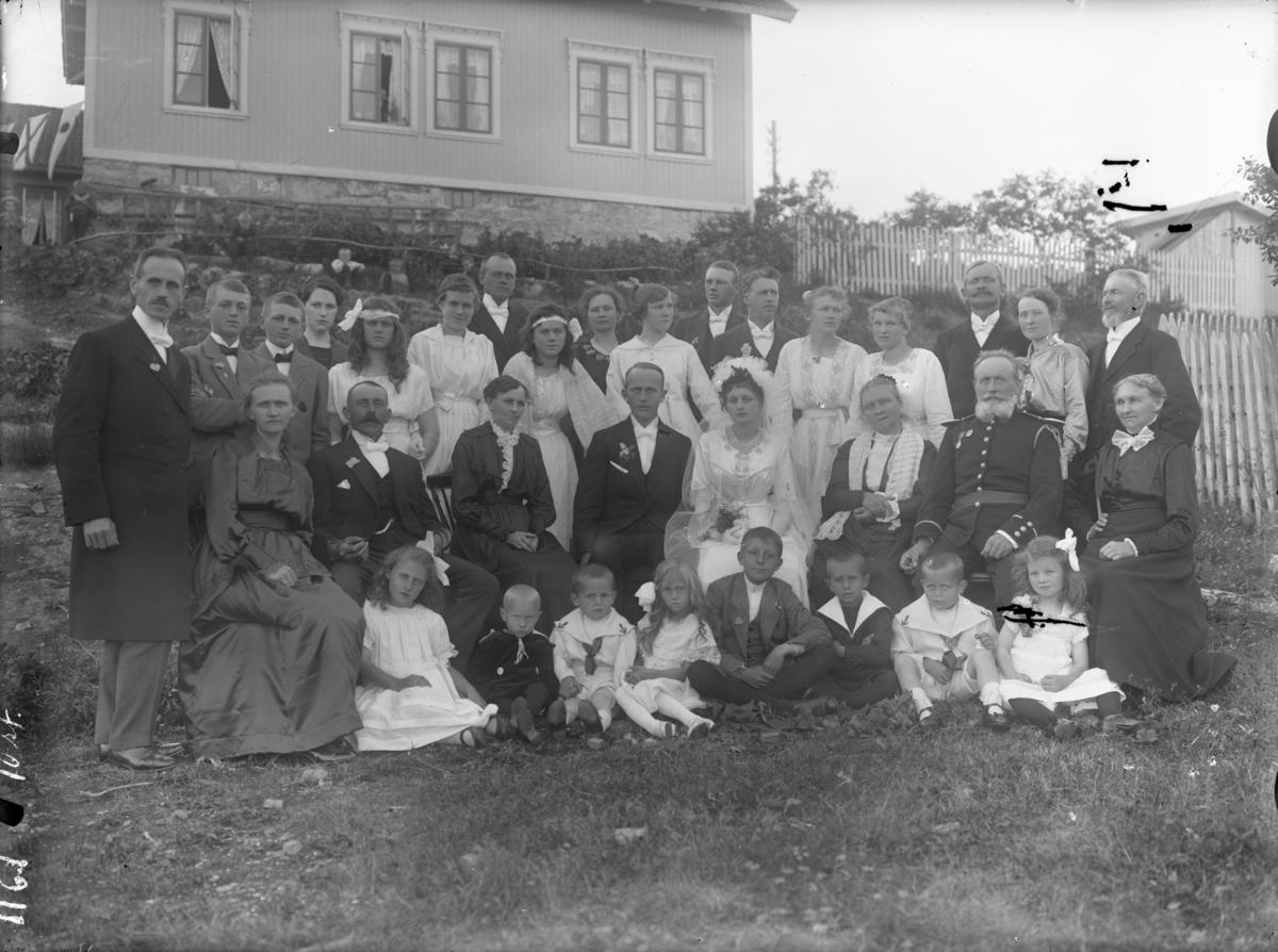 En familie fotografert utendørs