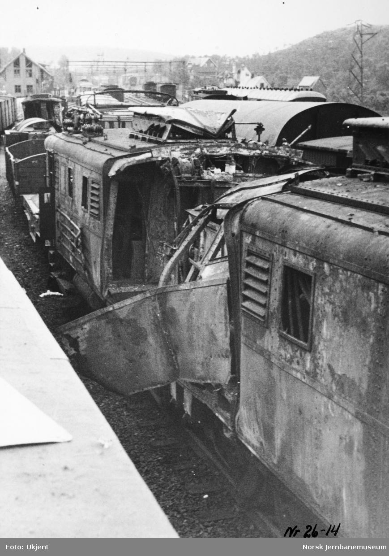 Ødelagt lokomotiv El 4 2045 på Narvik stasjon