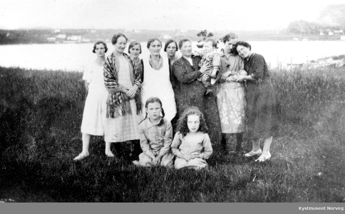 Gruppe av kvinner og barn.