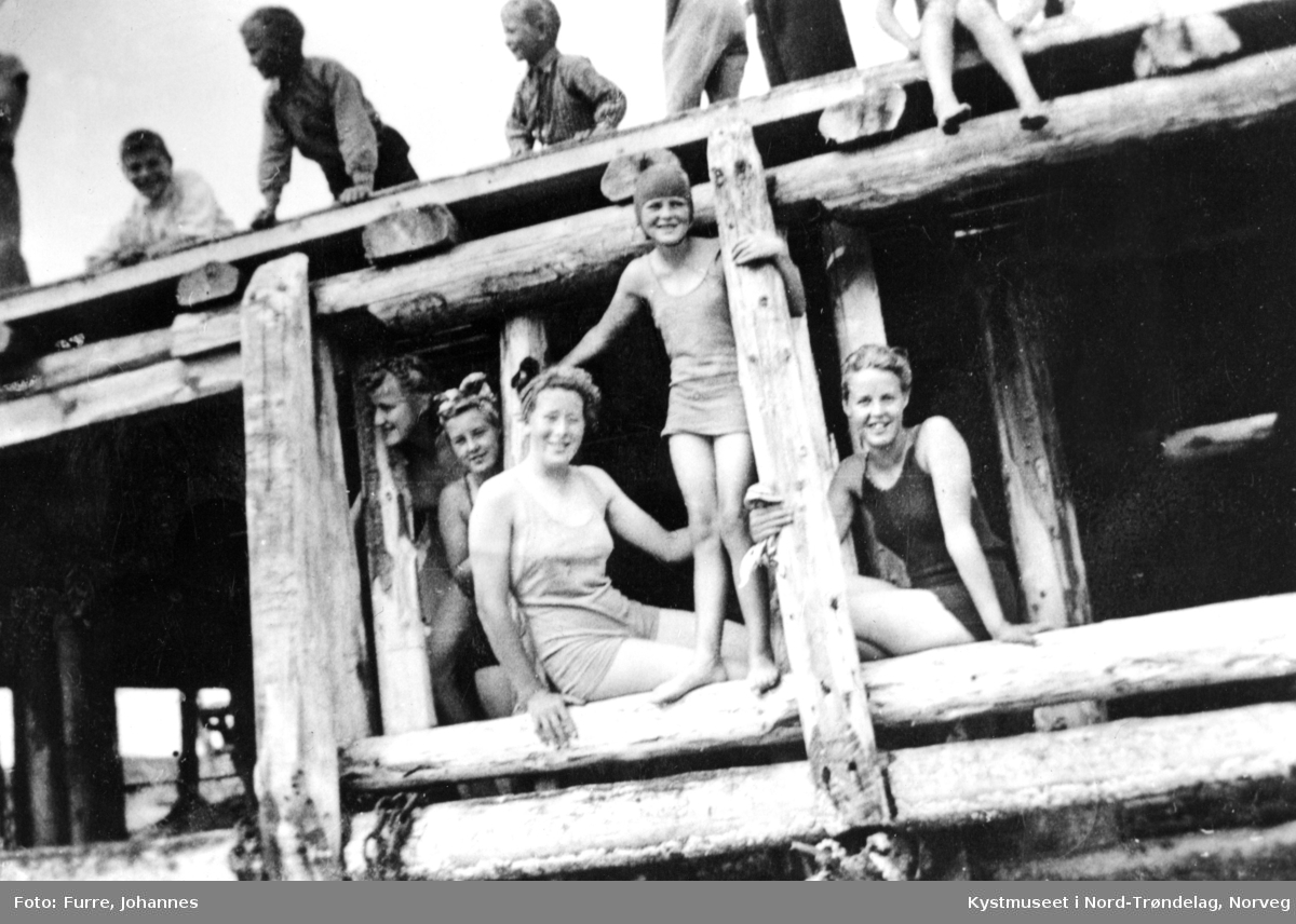 Dagmar Solli, Kari Furre, Alvhild Strand, Herbjørg Torvik og Aud Furre i front på Skei, Leka