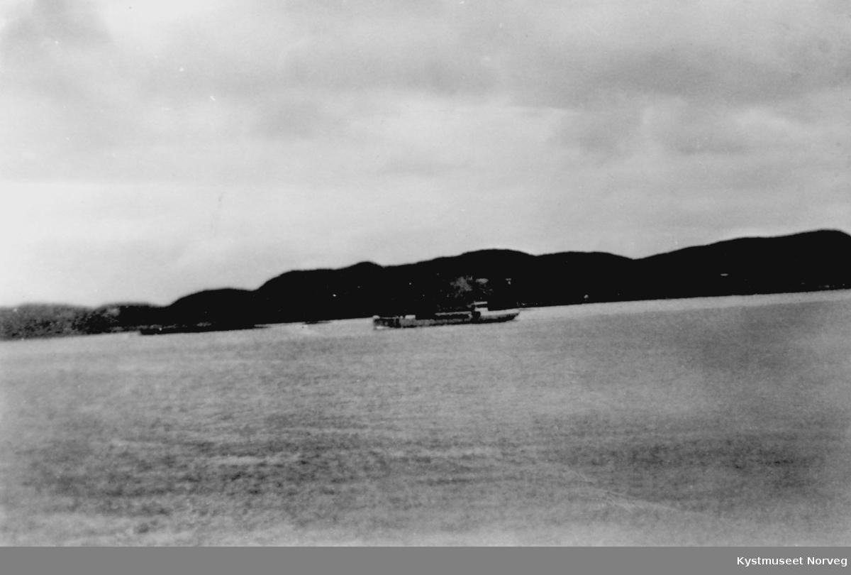 Fraktebåt i Nærøysundet på Rørvik