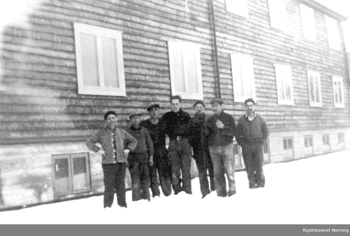 Jørgen Hammerøy, Ole Horvereid (Volden?), Thorvald Horven, Thomas Wennevik, ukjent, Adolf Wennevik og Sigrid Hammer ved Kolvereid Aldersheim under bygging