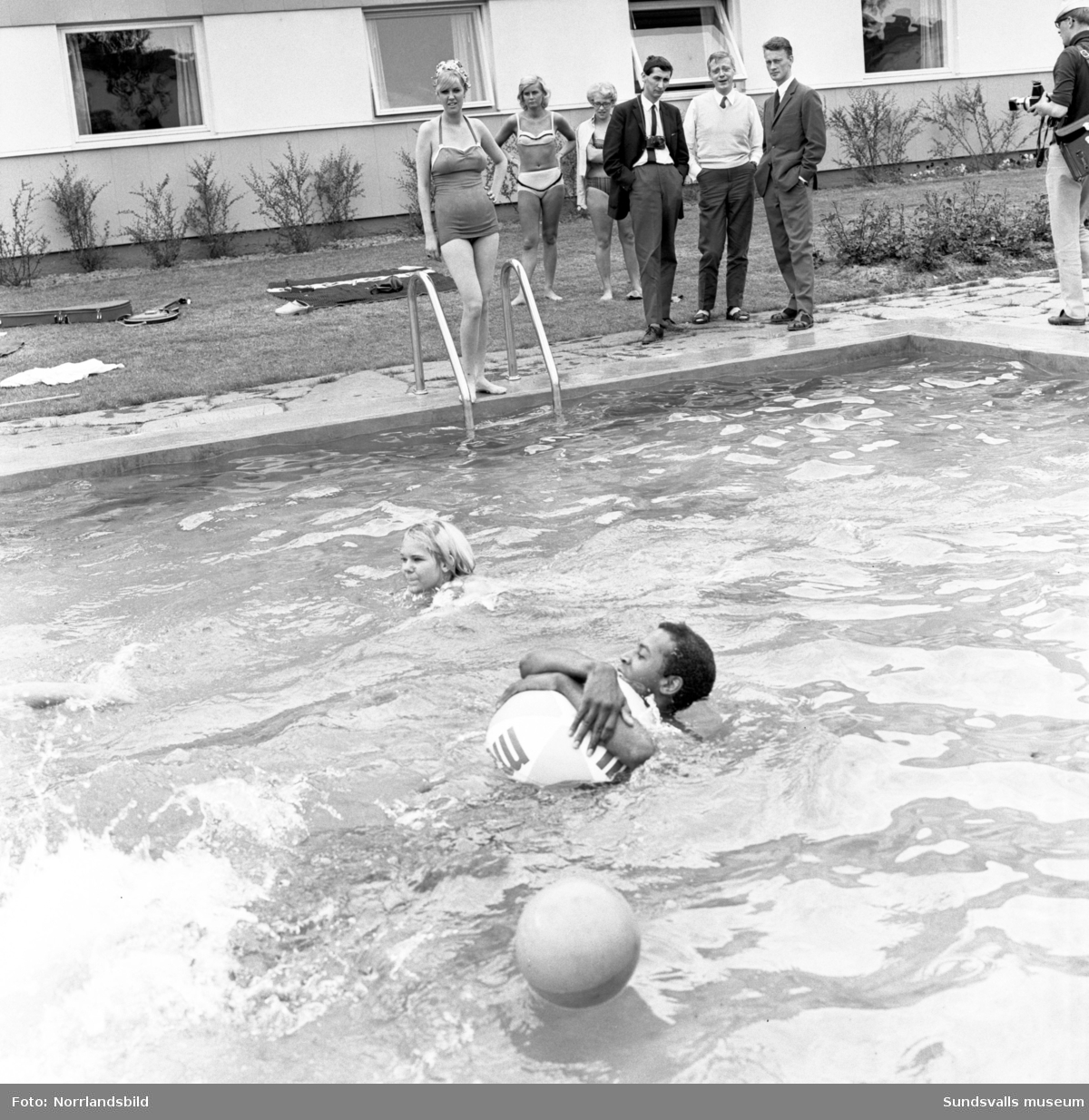 Popstjärnan Cliff Richard med sällskap vid poolen på Liz Motell i Bredsand, Sundsvall. Fotograferat för Expressen.