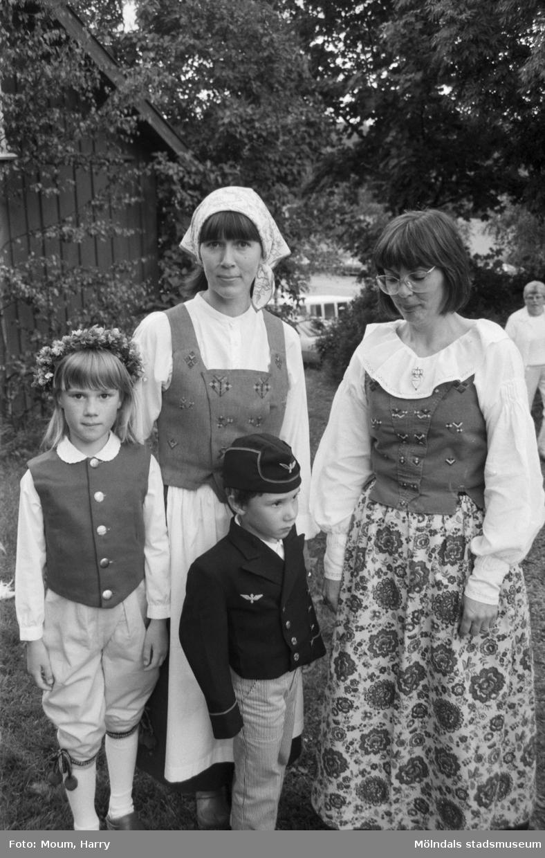 """Midsommarfirande på Börjesgården i Hällesåker, år 1984. """"Jenny, Ulla och Anders Svensson besökte Börjesgården tillsammans med mormor Lena Brodén.""""  För mer information om bilden se under tilläggsinformation."""