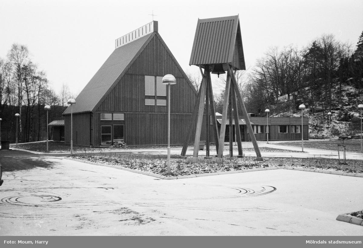 """Apelgårdens kyrka i Kållered, år 1983. Exteriör. """"Apelgårdens kyrka har blivit en kär mötesplats i Kållered.""""  För mer information om bilden se under tilläggsinformation."""
