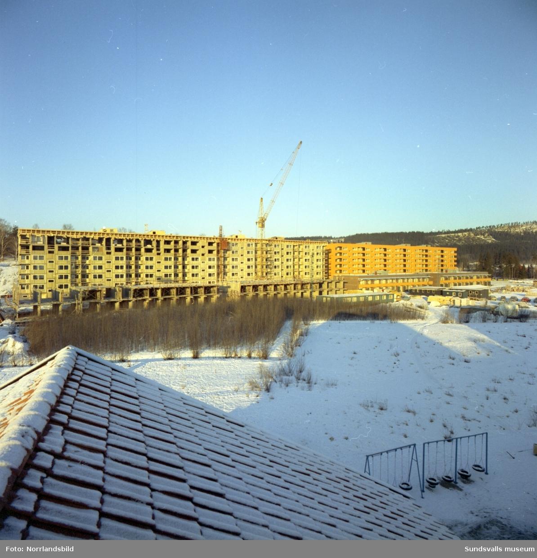 Bygge av hyreshus i Bergsåker vid Ponnyvägen och Betselvägen.