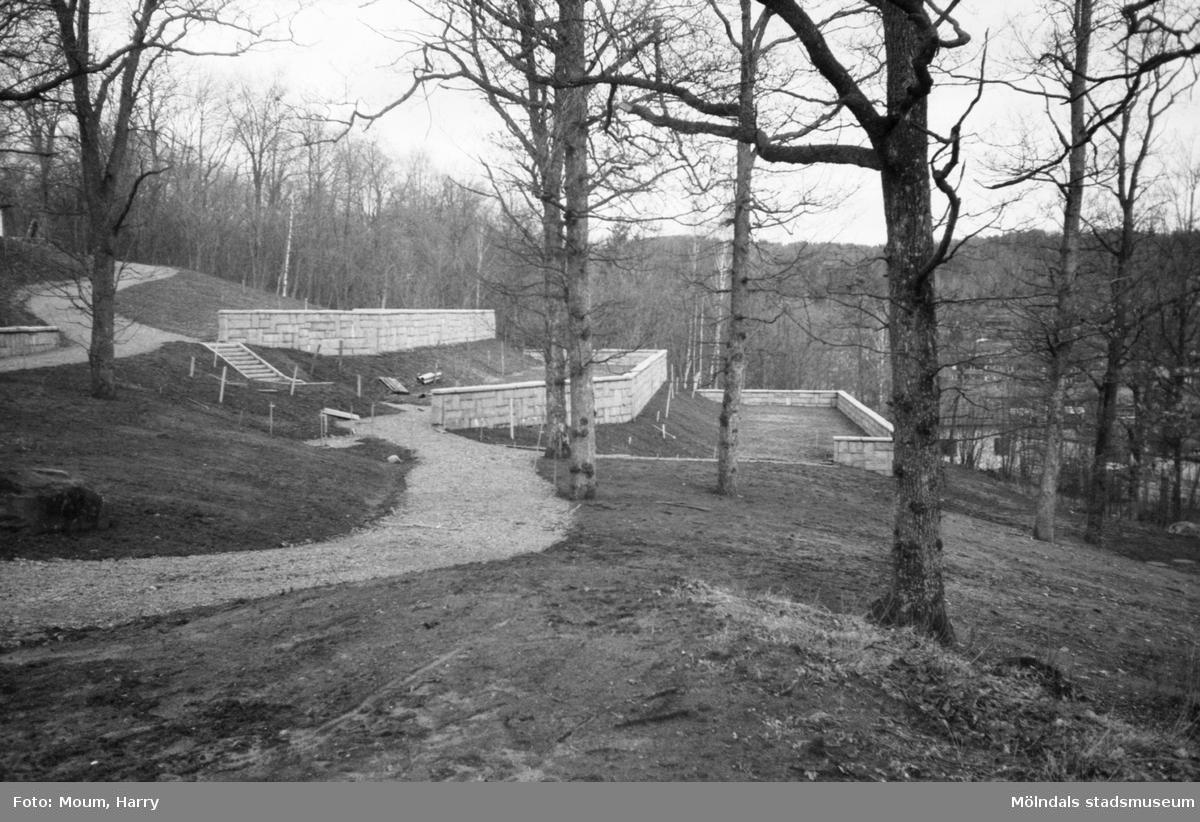 Den nya utbyggnaden av Kållereds kyrkogård, år 1983.  För mer information om bilden se under tilläggsinformation.