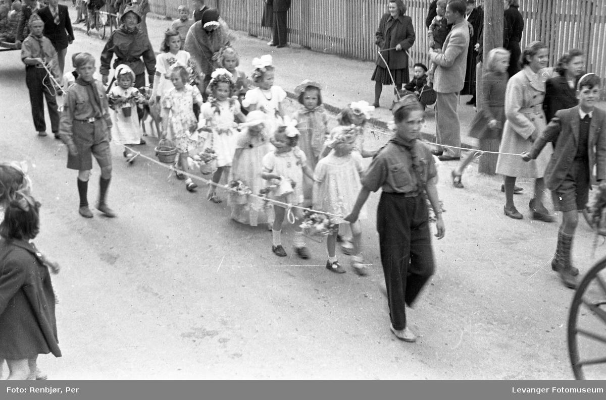 Barnas dag, Levanger, utkledde jenter.