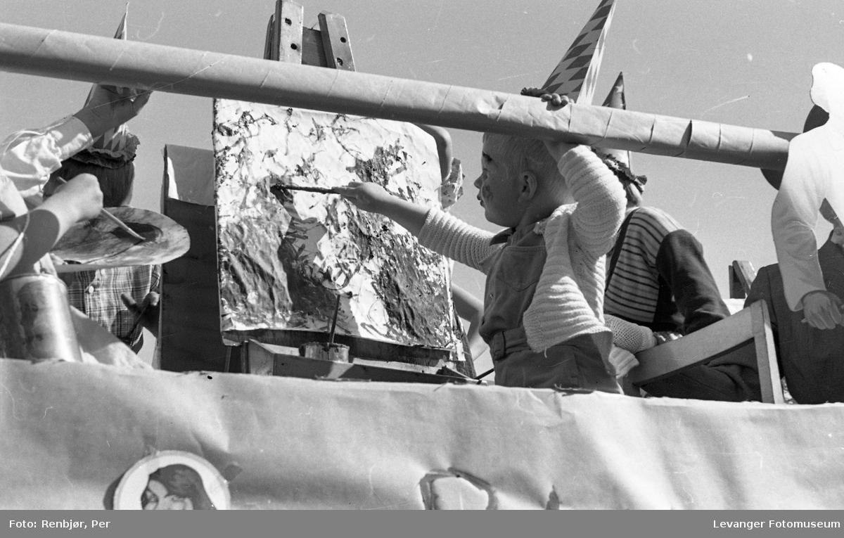 Barnas dag, Levanger,  liten gutt maler med staffeli på lastebil.