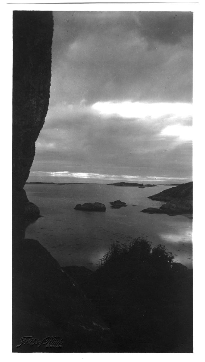 'Vid Kungsklippan, t.h. Blåbärsholmen. ::  :: Serie fotonr 1888-1963.'