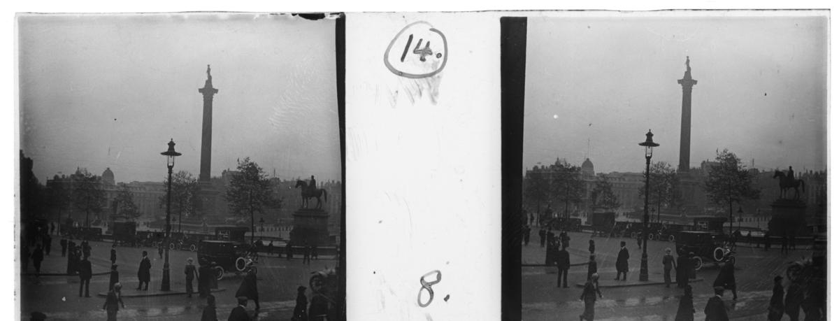 'Vy över Trafalgar square med Lord Nelsons statyn. Vy med hus, byggnader, gator. Människor, bilar, staty föreställande häst med ryttare. :: Enligt text till fotot: ''Trafalgar square.'' ::  :: Ingår i serie med fotonr. 5244:1-19, se även hela serien med fotonr. 5237-5267.'
