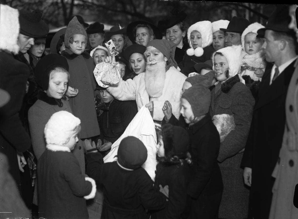 Tomten delar ut julklappar på Lottornas julmarknad på Fyristorg