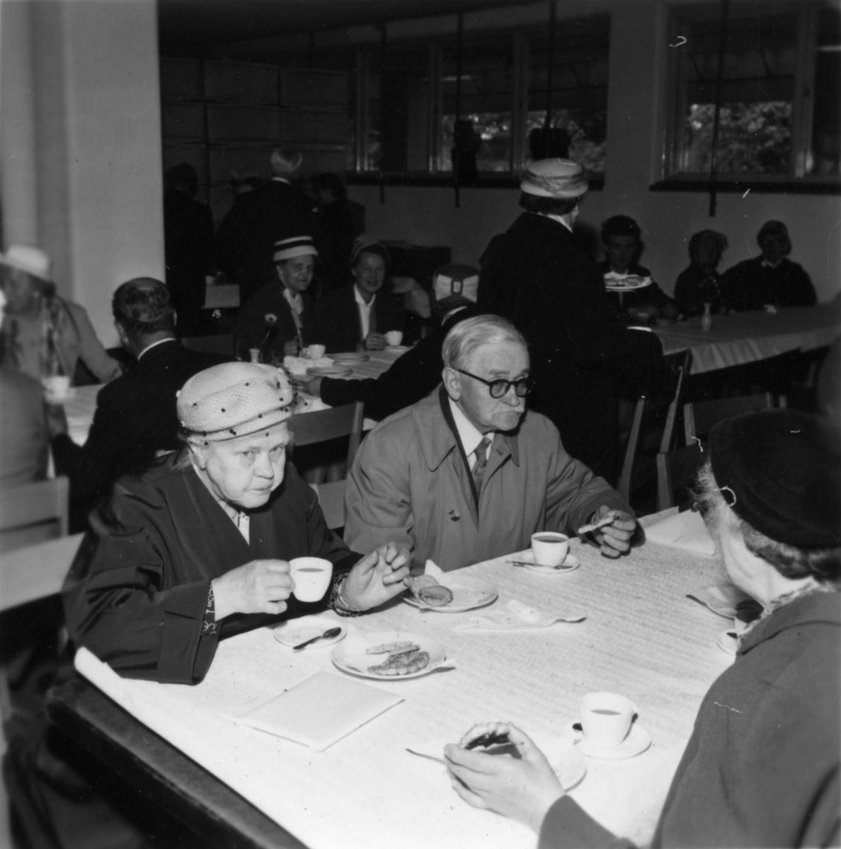 Fabriksvisning för anställdas anhöriga den 28/5 1957.