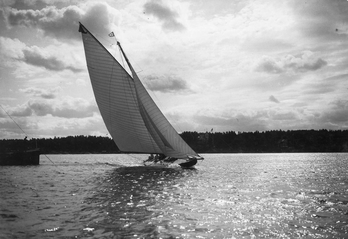 """""""Konstr. Gunnar Mellgren b. 1899""""; """"Ella""""; """"Ägare: N. Lundberg.""""; """"E. Salander foto"""""""