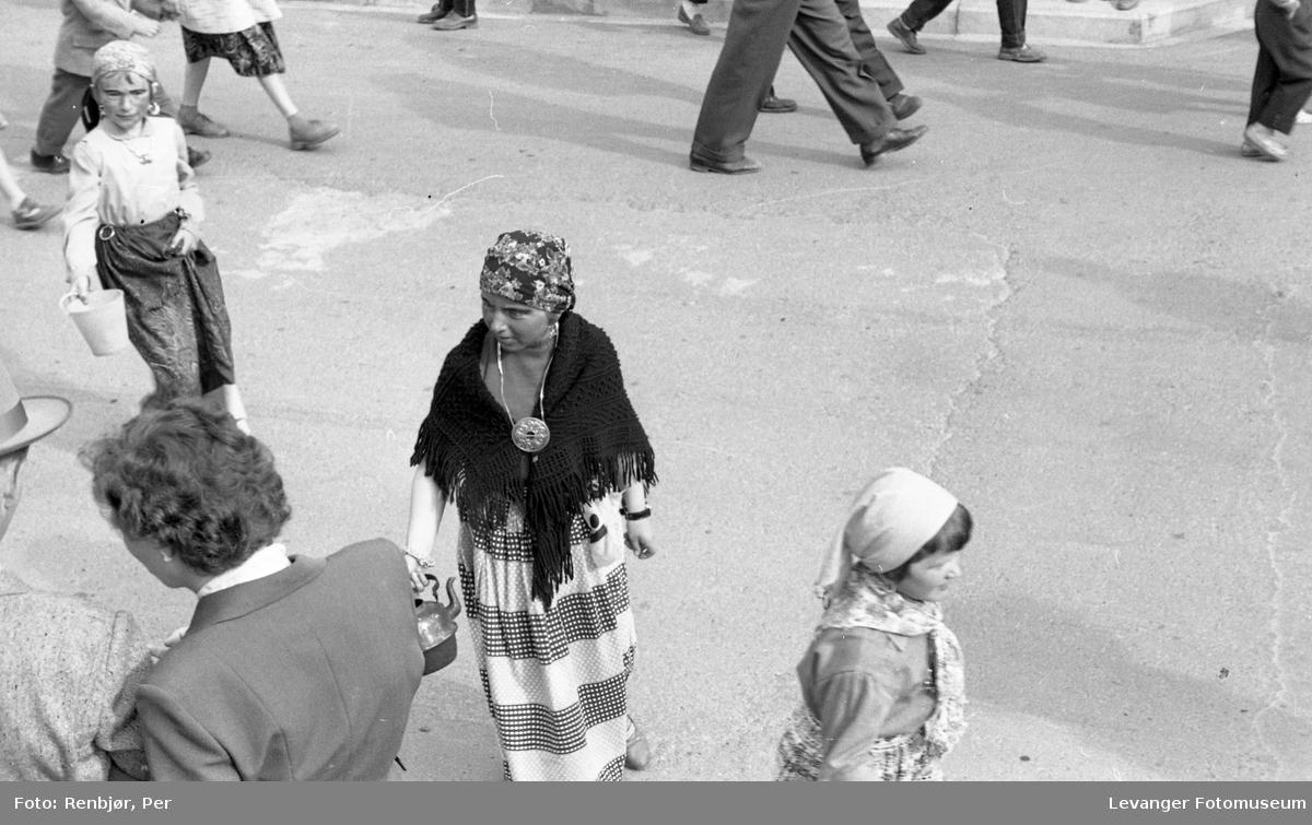 Barnas dag, Levanger, ejente utkledd som rom eller tater.