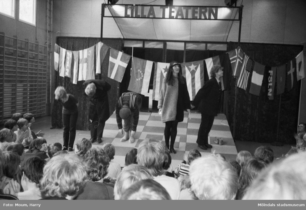 Lilla Teatern har föreställning på Brattåsskolan i Kållered, år 1983.  För mer information om bilden se under tilläggsinformation.