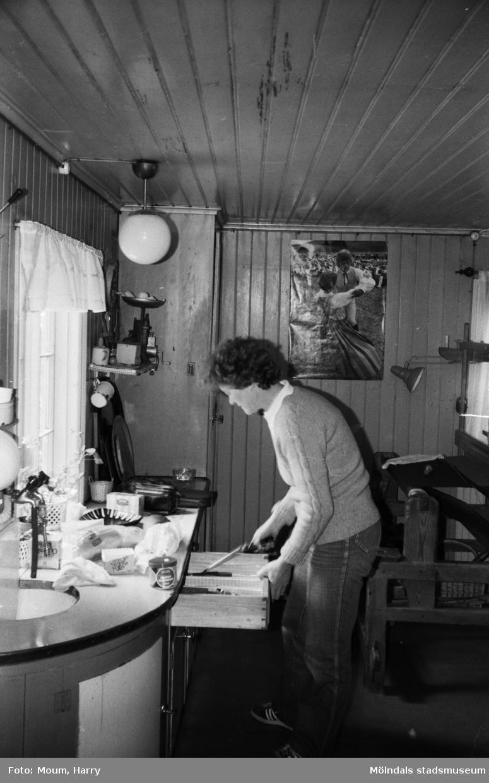 """Hembygdsgården Börjesgården i Hällesåker, Lindome, år 1983. """"Lindome Hembygdsgilles ordförande Solveig Karlsson pysslar i köket.""""  För mer information om bilden se under tilläggsinformation."""