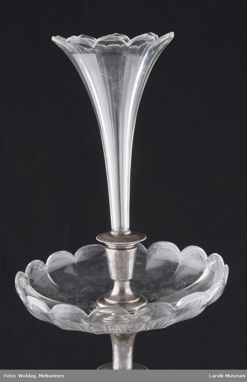 Teknikk: fot og stangholder av forsølvet hvitmetall- legering, vase og 2 skål/fat av slepent krystall, vasen er avtagbar Form: rund, slank