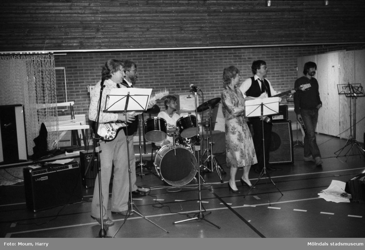 Skolavslutning på Ekenskolan i Kållered, år 1983. Ett musikframträdande.  För mer information om bilden se under tilläggsinformation.