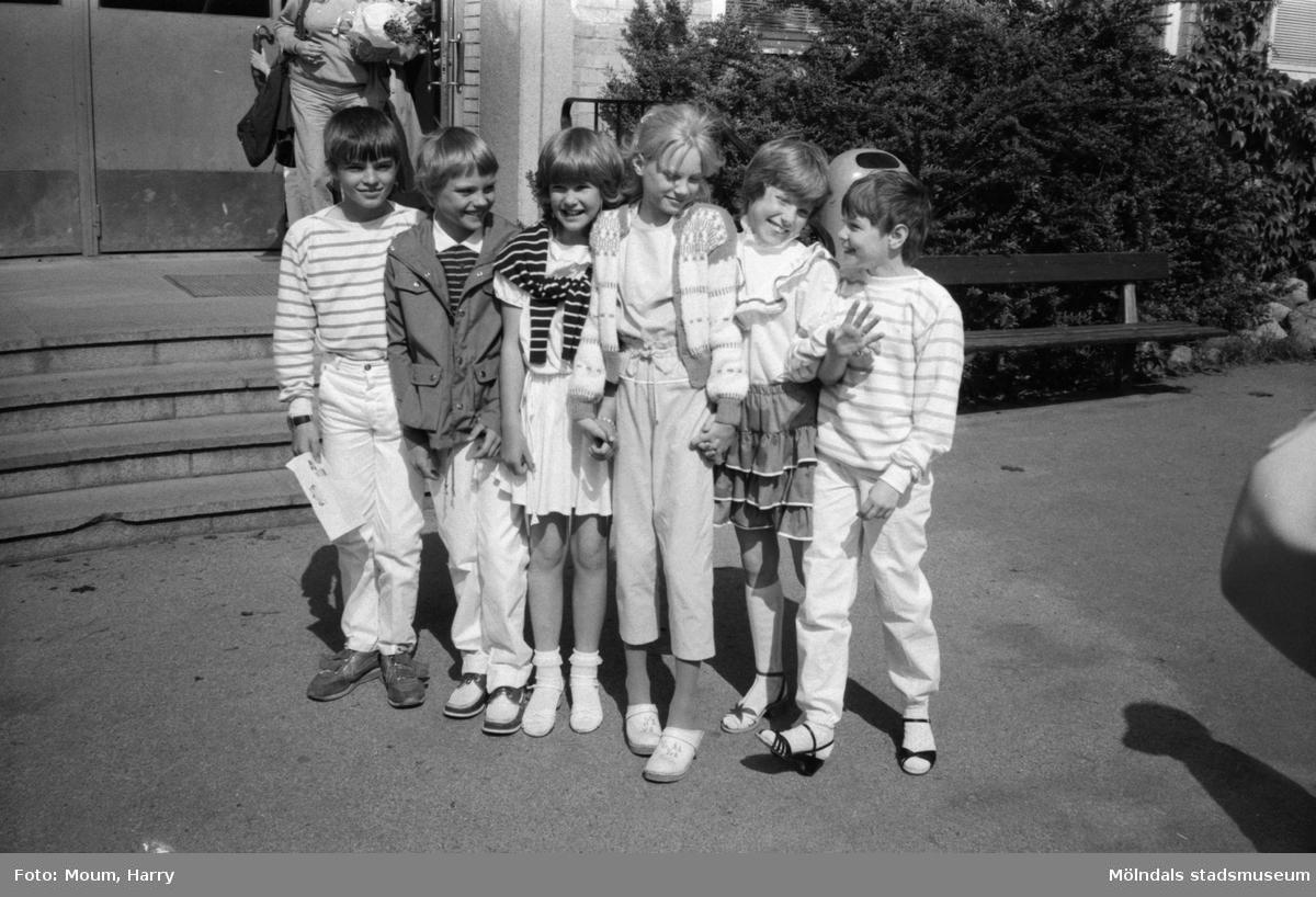 """Skolavslutning på Brattåsskolan i Kållered, år 1983. """"...en sextett ur Brattåsskolan 3 A som gläds åt sommarlovet.""""  För mer information om bilden se under tilläggsinformation."""