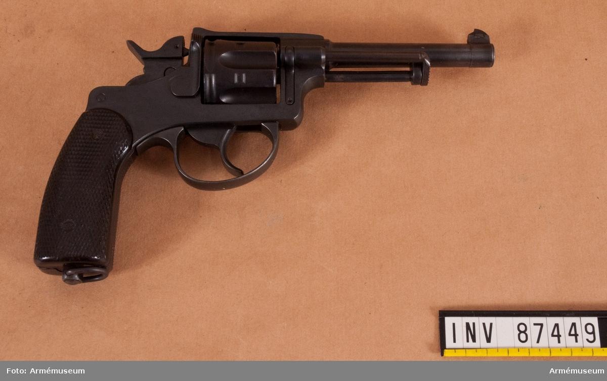 Revolver i svart schatull klädd med röd sammet.