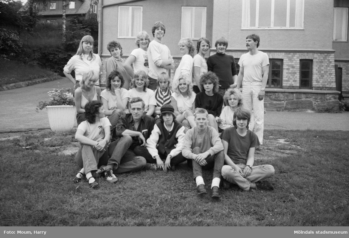 Feriearbete för ungdomar i Kållered, år 1983. Grupporträtt framför Kållereds gamla kommunalhus.  För mer information om bilden se under tilläggsinformation.