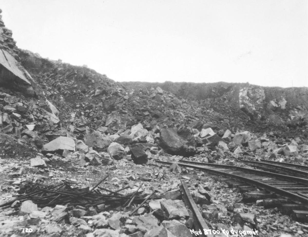 Nysprengte steinmasser ved A/S Sydvarangers anlegg i Bjørnevatn