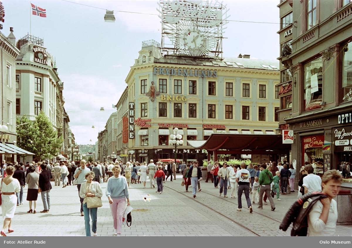 gateløp, forretningsgårder, mennesker, gateliv, nedgang til Sentrum T-banestasjon