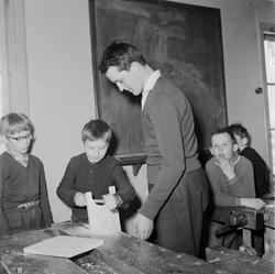 Träslöjdslärare Anders Hellberg med elever, Nysätra socken,
