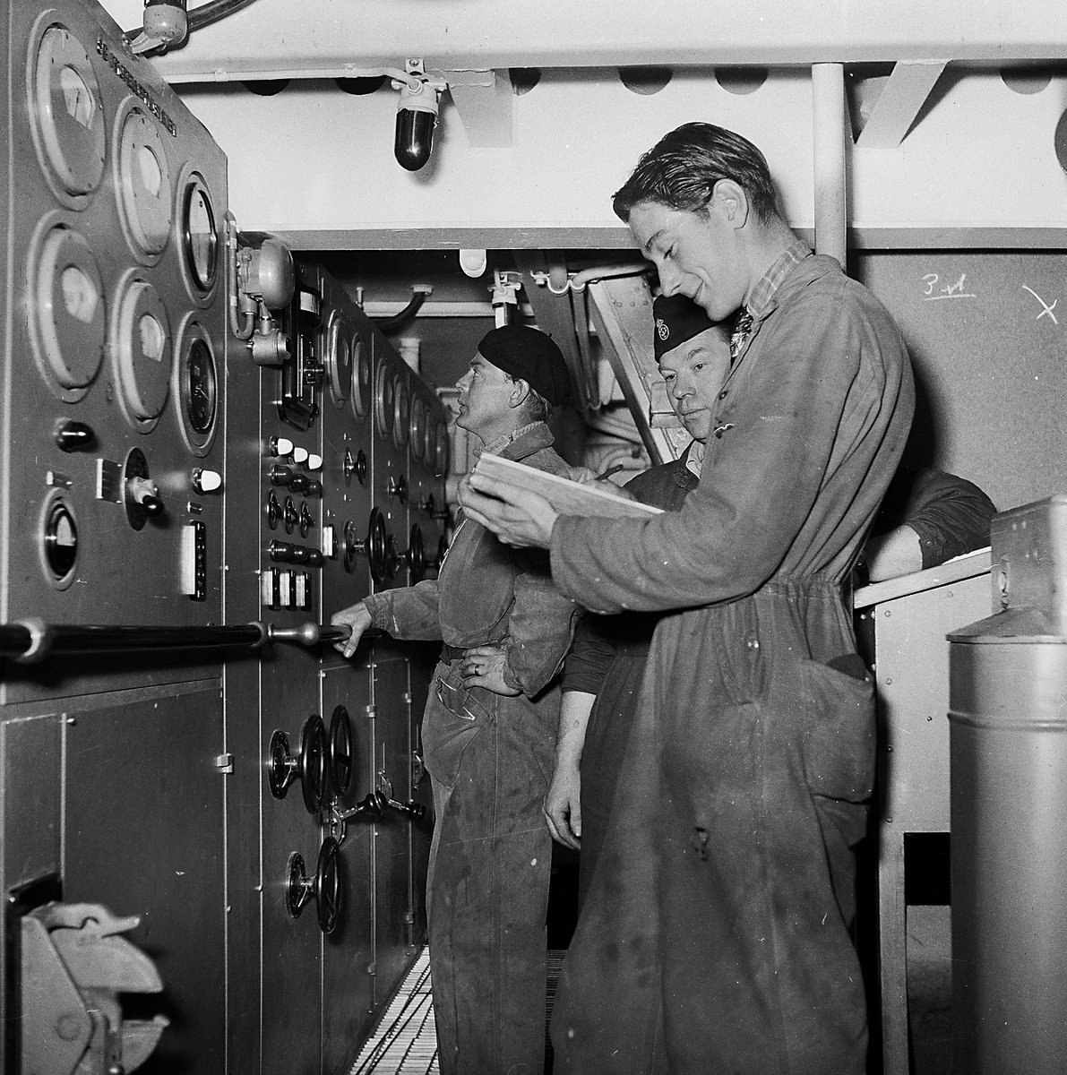 Fartyg: THULE                           Övrigt: Thule på Karlskrona varvet. Provningspersonal vid manövertavlan under isbrytaren Thules provtur. 1953