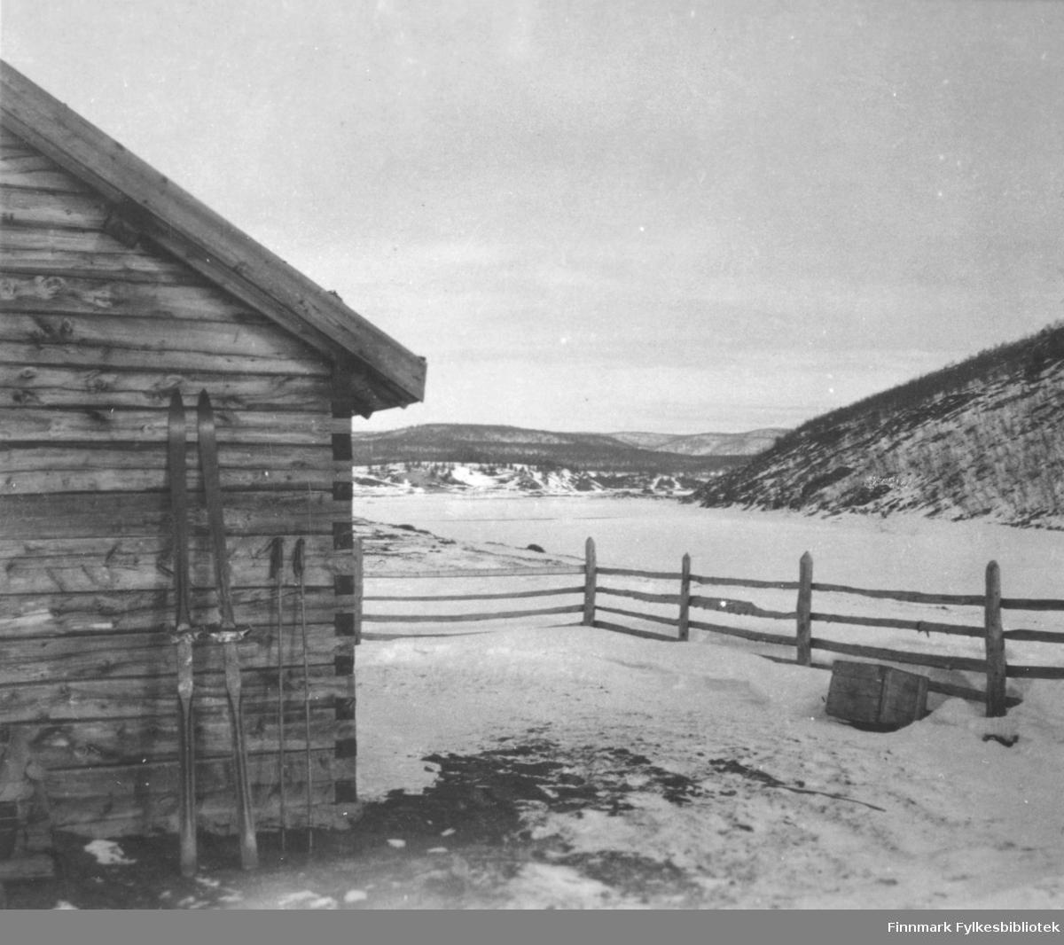 Et stereobilde med vintermotiv fra Karasjok. En par ski står mot veggen av et lite tommerhus/hytte.       .