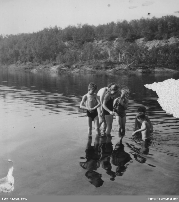 Badeliv sommeren 1957 i Øvre Neiden ved fjellstua