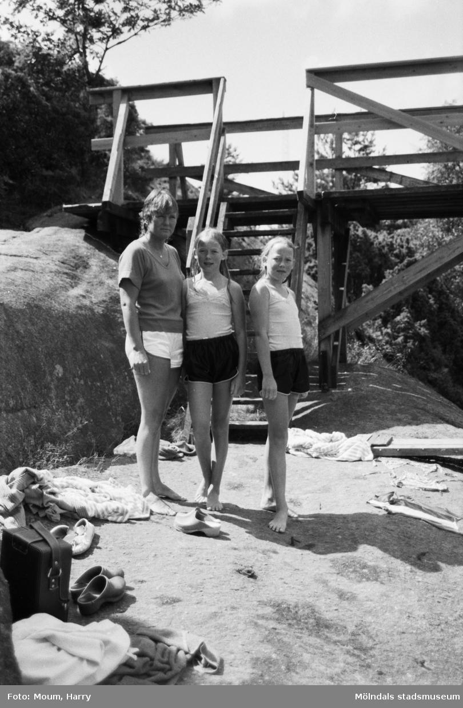 Två flickor och en kvinna vid Bergsjöns badplats i Kållered, år 1983.  För mer information om bilden se under tilläggsinformation.