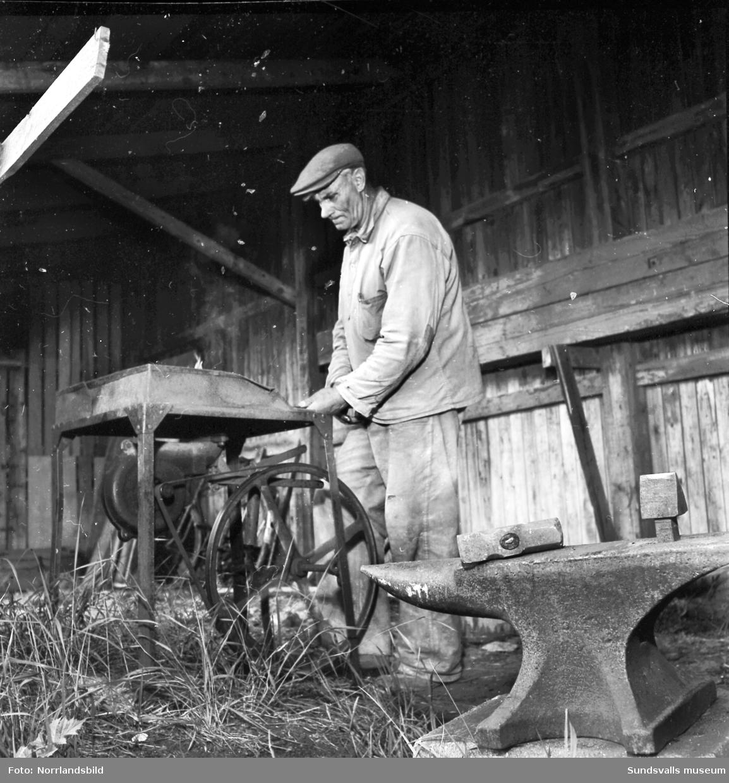 Stenhuggare, en av dem är Mauritz Mattson.