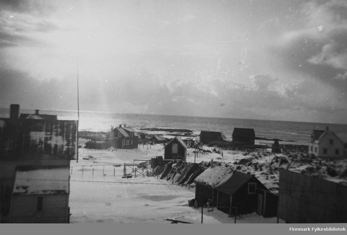 Et oversiktbilde fra en del av Berlevåg. De fleste som bodde her tilhørte Hammerfamilien. De leide ut båtene i vårfiske og drev et fiskebruk, vesentlig tørrfisk.