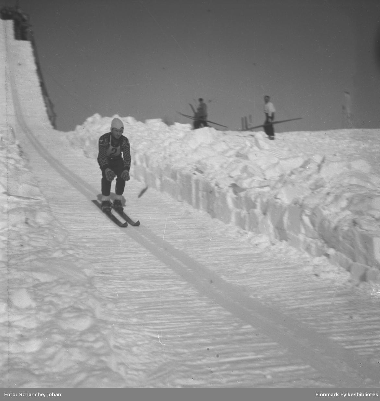Kretsrennet på ski, Vadsø 1946. Arnulf Kvello fra Berlevåg tar sats på hoppet.